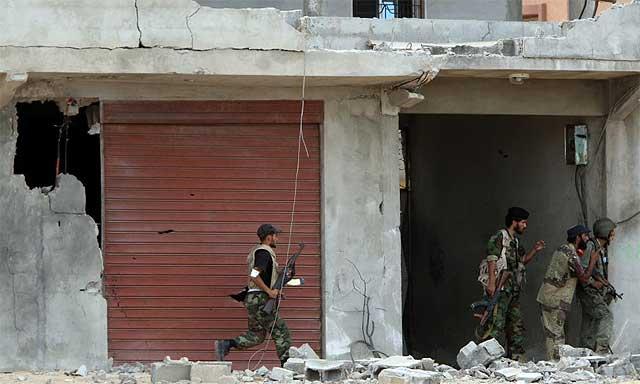 Unos combatientes anti Gadafi, en Sirte.| Afp