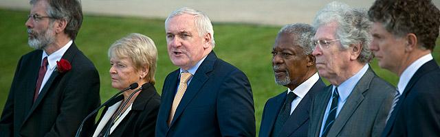Berti Ahern habla junto a Gerry Adams, Harlem Brundtland, Kofi Annan, Pierre Joxe y Jonathan Powell. | Ap