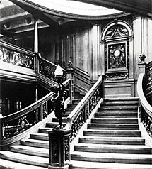 Escalera principal de las cubiertas de primera clase del barco. Imagen de una exposición en Madrid, en 2008. | E. M.