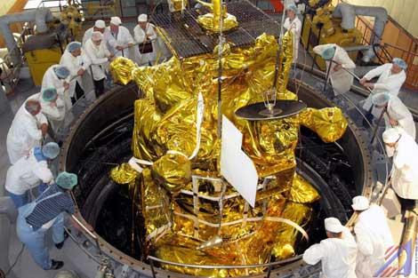 Restos de la sonda rusa 'Fobos-Grunt' cayeron a la Tierra el pasado domingo. En la imagen, los científicos preparan la nave para su lanzamiento. | Roscosmos