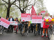 Ciclistas con pancartas. | C. F.