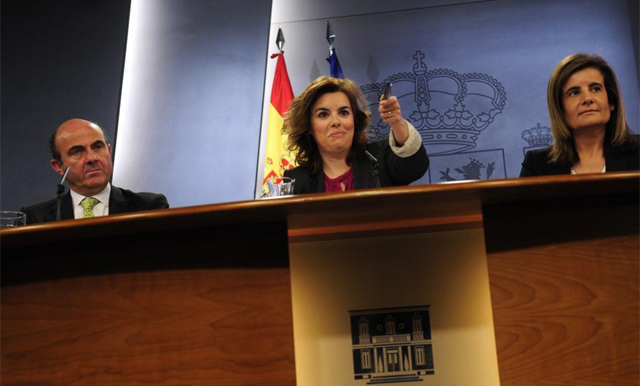 La vicepresidenta del Gobierno, Soraya Sáenz de Santamaría, el ministro de Economía, Luis de Guindos, y la ministra de Empleo y Seguridad Social, Fátima Báñez. | Bernardo Díaz