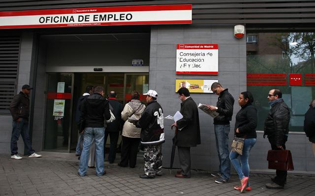 Cola en una oficina del INEM de Madrid. | Javier Barbancho