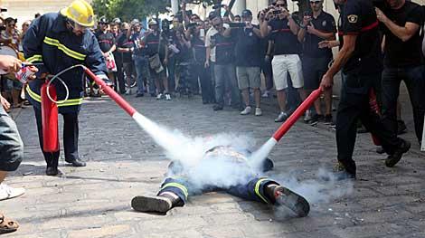 Los compañeros apagan el fuego con extintores. | Esther Lobato