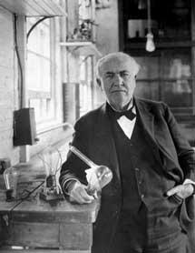 Thomas Edison, con una bombilla incandescente.
