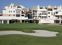 El campo de golf con los inmuebles de fondo. | ELMUNDO.es