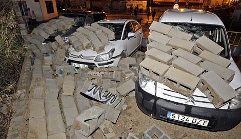 El temporal ha derribado un muro en la fería de Gandía.   Efe