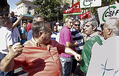 Un manifestante amaga con pegar a un sindicalista de CSIF. | Efe