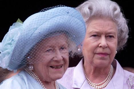 La Reina Madre, con su hija Isabel II. | Ian WaldieWPA pool