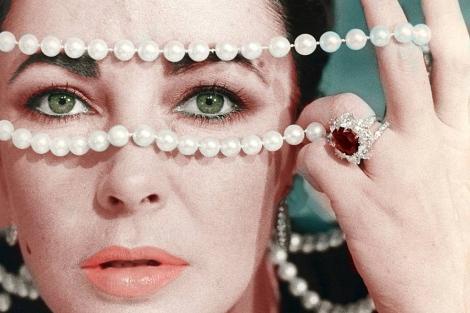 La actriz, en 1960 con algunas de sus joyas. | Gtres