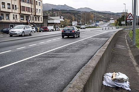 Restos de material sanitario en el lugar donde ha fallecido el ciclista. | Efe