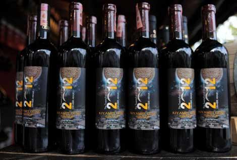 Un comercio vende botellas de vino con la etiqueta del fin del mundo en Sirince, un pueblo turco sobre el que se ha difundido el rumor de que es un lugar 'seguro' para sobrevir al día 21.| AFP
