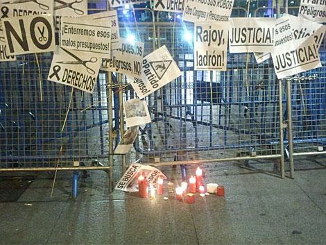 Velas y carteles como culminación de la 'marcha fúnebre' en la valla policial. | N. M. G.