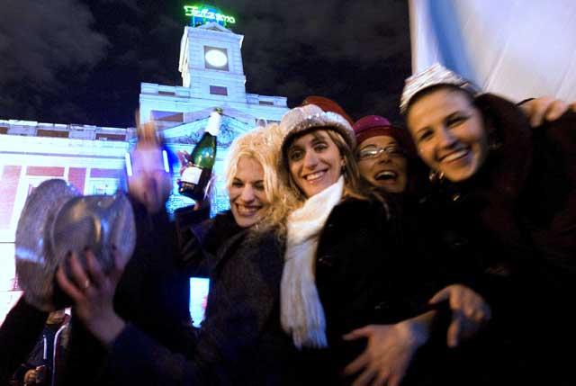Un grupo de amigas celebra la Nochevieja del año pasado en Madrid. | Roberto Cárdenas