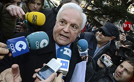 El ex presidente de la Diputación de Ourense, rodeado de periodistas. | Efe
