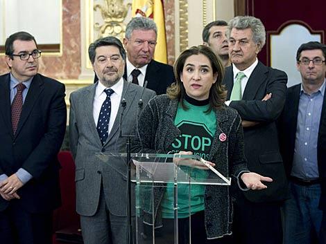 La portavoz de la PAH, Ada Colau, en el Congreso junto a Jesús Posada. | Emilio Naranjo / Efe