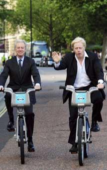 Boris Johnson (d) y Marcus Agius, expresidente de Barclays, en julio.|Efe