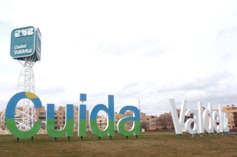 Entrada del complejo residencial Ciudad Valdeluz. | J. F. L.