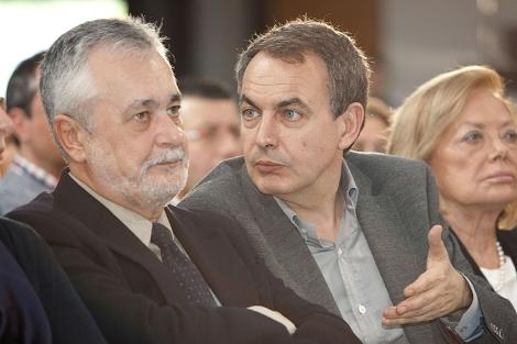 Zapatero habla con Griñán durante la entrega de los premios Clara Campoamor.| Conchitina