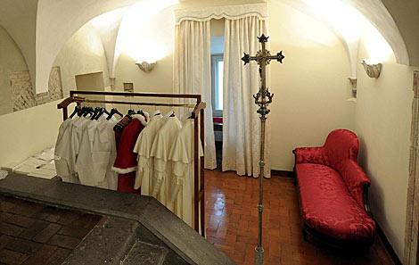 Imagen de la Sala de las Lágrimas con las sotanas para el Papa. | Efe
