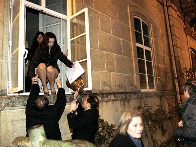Representantes municipales de Ponteareas salen del Ayuntamiento por la ventana.   Oscar Vázquez / La Voz de Galicia