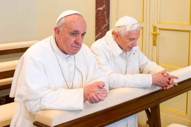 Francisco y Benedicto XVI, papa emérito, rezan juntos porque 'somos hermanos', como dijo el papa.   Afp