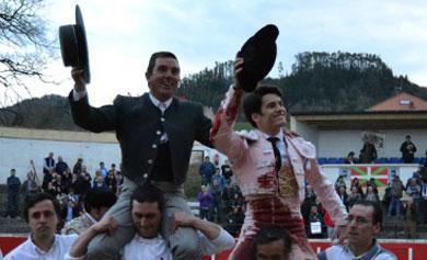 Garrido y el mayoral de Fuente Ymbro, a hombros. | Mundotoro