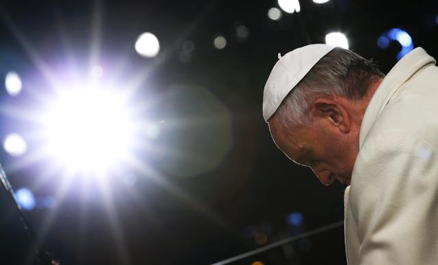 El Papa dirige el Via Crucis.| Reuters | MÁS IMÁGENES