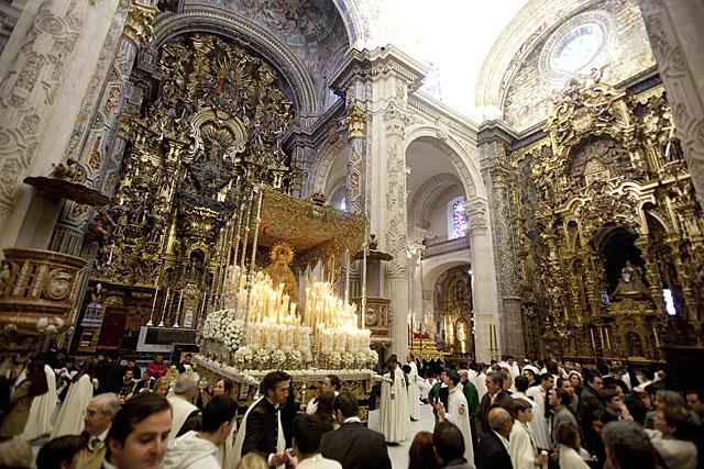 El palio de la Macarena, ante el altar mayor del Salvador en la mañana del Viernes Santo. | Conchitina