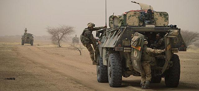 Soldados franceses patrullan por una carretera maliense. | Afp