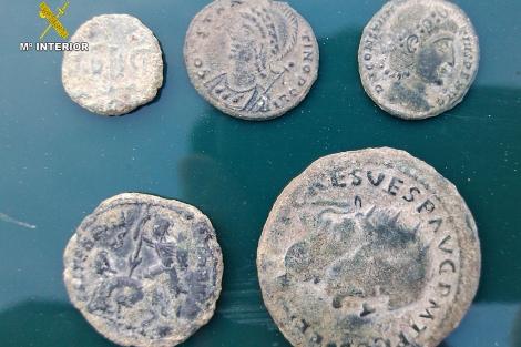 Monedas con inscripciones romanas que portaban los acusados.