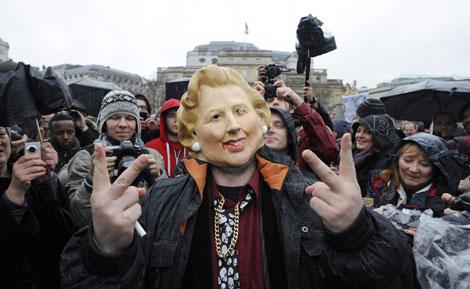 Uno de los manifestantes, con una máscara de Thatcher. | Efe