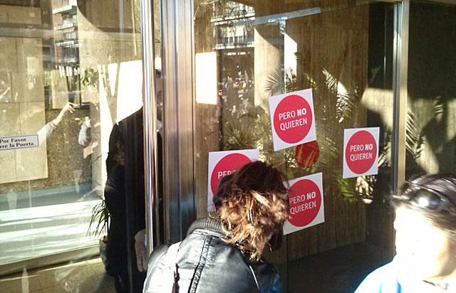 Pegatinas en el portal de Montoro. | PAH
