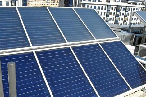 Placas solares instaladas en la azotea de un edificio. | EM
