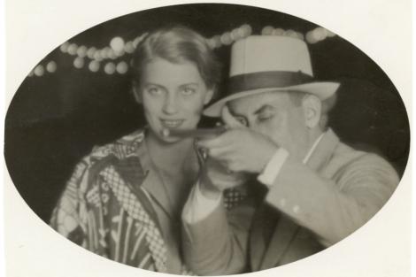 Lee Miller y Man Ray, en la galería de tiro de París (1930, autor desconocido). | © Lee Miller Archives, Inglaterra 2013. Todos los derechos reservados.