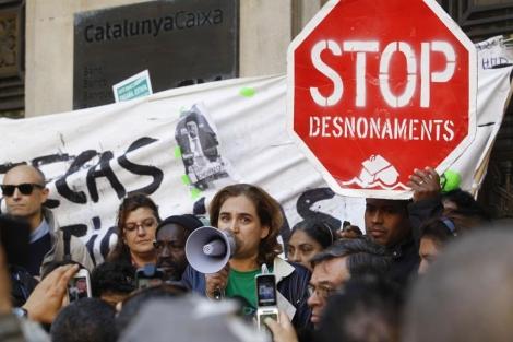 La Plataforma de Afectados por la Hipoteca durante la ocupación de una sede de Catalunya Caixa. | Domènec Umbert