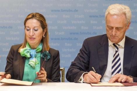El ministro alemán de Transporte, Peter Ramsauer, y la ministra de Fomento, Ana Pastor. | Efe