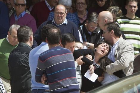 La madre y esposa de las víctimas, durante el entierro. | J. Yáñez