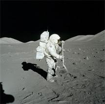 Harrison Schmitt cogiendo rocas lunares. | NASA
