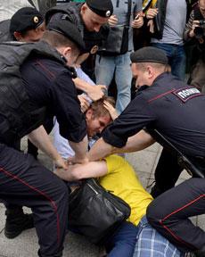 Arrestan a dos hombres abrazados.| Afp