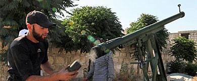 Un hombre contrario a Asad prepara un arma en Alepo.| Reuters