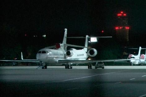 El avión de Morales en la pista del aeropuerto de Schwechat. | Reuters