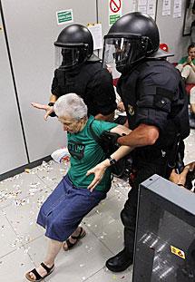 Imagen del desalojo de miembros de la PAH de la sucursal del Banco Popular