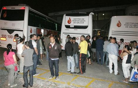 Ciudadanos que acuden a donar sangre al centro de Transfusión de Galicia.| Efe
