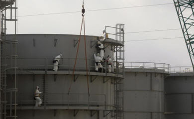 Trabajadores construyendo tanques de agua en Fukushima. | Reuters