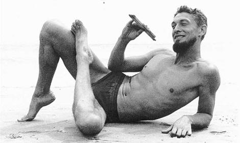 El editor y escritor Carlos Barral, retratado en 1960 por Oriol Maspons en la playa de Calafell.