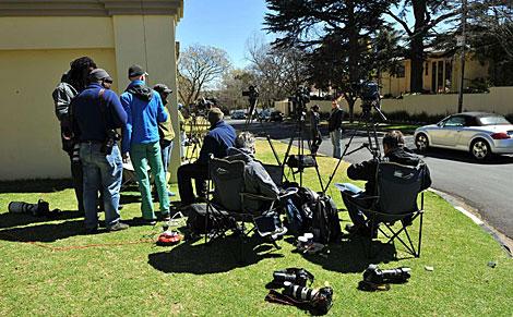 Periodistas apostados enfrente de su casa en Johanesburgo.   Afp