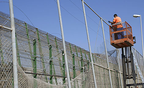 Agujero enorme ocasionado en la valla de Melilla tras la avalancha. | Efe