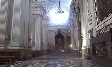 Interior de la basílica tras la explosión. | Eusebio Galatanu / Efe