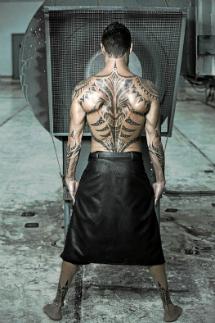 López Tardón, mostrando tatuajes.